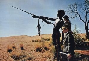 Le jeune aborigène montre le chemin aux deux jeunes occidentaux