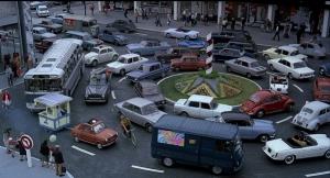 Les véhicules tournent autour du rond-point