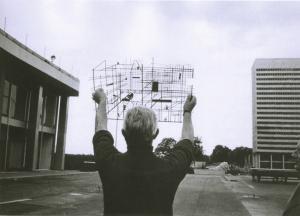 Jacques Tati devant les décors de Tativille en construction