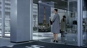 L'image de la Tour Eiffel dans les vitres de Tativille