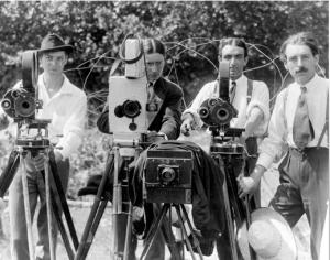 """Le tournage de """"J'accuse"""" d'Abel Gance. De gauche à droite: Marc Bujard, Maurice Forster, Antonin Nalpes, et Abel Gance"""