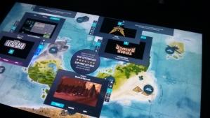 (Photo d'un écran tactile permettant de visualiser les univers de plusieurs jeux video, copyright Cité Universcience, 2013))