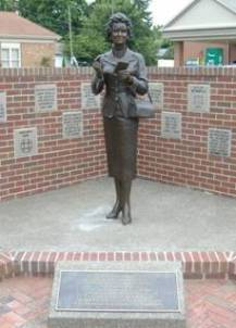 Noel Neill / Lois Lane (The Noel Neill Statue site Web)