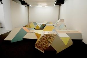 Vue du ciel (copyright Séverine Hubard) Installation à partir de portes récupérées, moquette, reprenant la forme de la MPT de Penhars