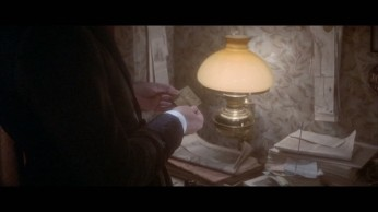 Fig. 3- Le billet trouvé dans la main de Gabriel et indiquant Baker Street 221-B